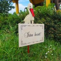 Kerti kitűző - nagy gólya üdvözlő táblával